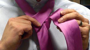 Mies solmii kravaattiaan.