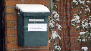 Postilaatikkoon teipatussa lapussa teksti: Ei ilmaisjakelua.