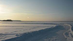 Talvinen järvenjää jossa luistelurata.