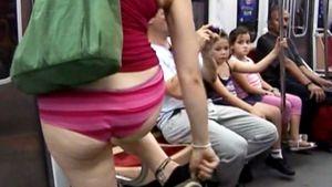 Nainen seisoo alushoususillaan New Yorkin metrossa.