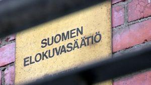Suomen elokuvasäätiö -kyltti tiilitalon seinässä Helsingin Katajanokalla.