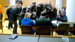 Helsinkiläistä perushoitajaa kuvataan käräjäoikeuden istuntosalissa.