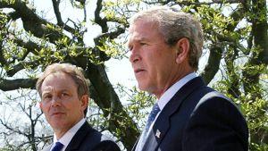 Britannian pääministeri Tony Blair ja Yhdysvaltain presidentti George Bush pitävät lehdistötilaisuutta Valkoisen talon puutarhassa keväällä vuonna 2004.