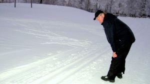 Kenttäpäällikkö Ari Ihnaus tarkastelee hiihtoladun kuntoa