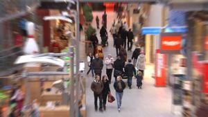 Ihmisvilinää kauppakeskuksen käytävällä