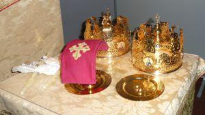 Hääkruunut ortodoksihäiden alttarilla