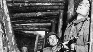 Kolme suomalaista sotilasta asemissa korsun ovella. Kuva on jatkosodan ajalta  v.1944.