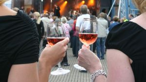 Viinilasit naisten käsissä Kuopion viinijuhlilla.