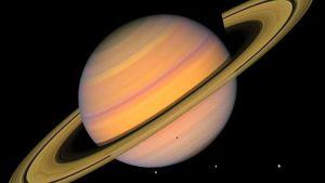 Saturnus ja jäisiä kuita