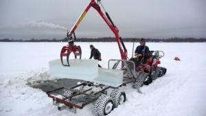 Jäätä haetaan Nallikarin edustalta talvikylää varten