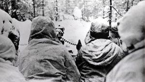 Suomalaisia lumipukuisia sotilaita konekivääriasemassa rintamalla, Laatokan Karjalassa.