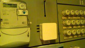 Kuvassa sähkötaulu, etäluettava sähkömittari  ja sulakkeita
