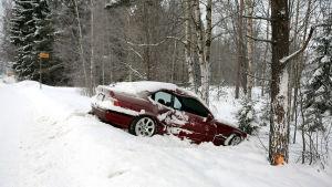 Henkilöauto on ajanut ulos tieltä ja törmännyt puuhun.