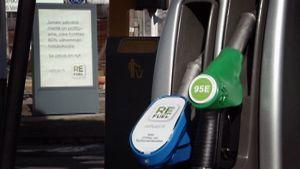 Bioetanolin ja bensiinin tankkauspiste.