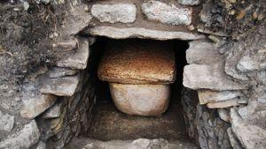 Kivinen sarkofagi hautakammiossa.