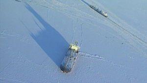 Kaksi tankkeria jäisellä Suomenlahdella.
