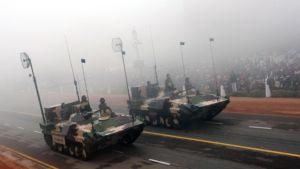 Armeijan panssarivaunuja Intian kansallispäivän paraatissa New Delhissä.