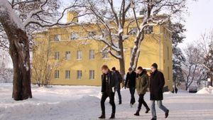 Siviilipalveluksessa olevia nuoria miehiä Lapinjärven koulutuskeskuksen pihalla.