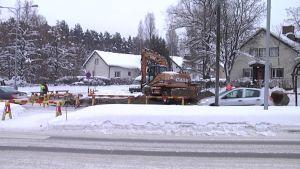 Putken korjaustyöt ovat keskellä risteystä Jyväskylässä.