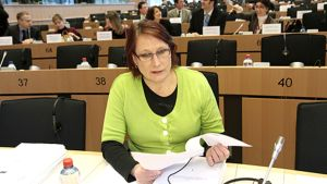 Riitta Myller selaa papereita europarlamentin istuntosalissa