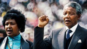 Nelson Mandela tervehtii väkijoukkoa Sowetossa Etelä-Afrikassa vierellään vaimonsa Winnie Mandela kaksi päivää sen jälkeen, kun hänet oli vapautettu vankeudesta. Nelson Mandela pitää kättään kohotettuna nyrkissä.