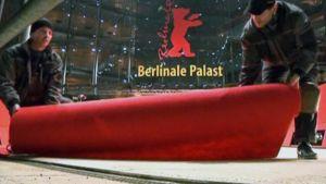 Punaista mattoa levitetään sisäänkäynnille.
