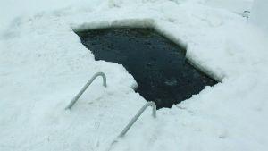 Uimareita varten tehty avanto jäällä.
