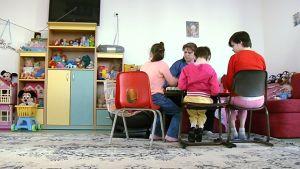 Lapsia ja hoitaja lastenkodissa.