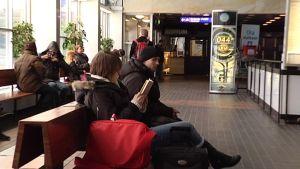 ihmisiä junaa odottamassa