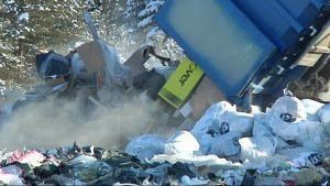 Jätteitä kipataan kuorma-autosta kaatopaikalla.