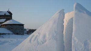 Lumiveistos Hämeenlinnan Linnanpuistossa 24.2.2010