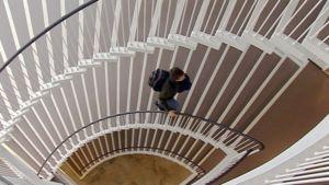 Opiskelija Porthanian portaissa.