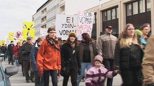 Ydinvoimanvastainen mielenosoitus Kemissä.