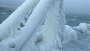Jäätynyt valaisinpylväs Djupvikin satamassa