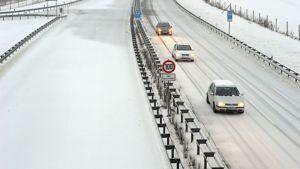 Toinen suunta on jouduttu sulkemaan liikenteeltä saksalaisella autobahn A20:llä  tammikuussa 2010. Ryhmä autoja on joutunut kääntymään takaisin ja ajavat tilapäisesti vastaantulevan autobahnin kaistalla.
