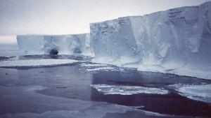Mertz-jäätiköstä lohjennutta jäävuorta