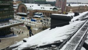 Kattotyömies Mikko Silvennoinen Ateneumin katolla.