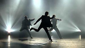 Kolme Tsuumin tanssijaa lavalla