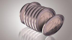 Kahden euron kolikoita jonossa.