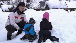 Isoäiti ja lapsenlapset lumileikeissä