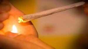 Kannabissavuketta sytytetään.