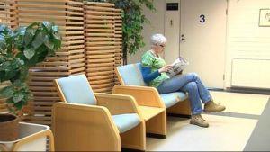 Nainen odottaa vuoroaan Kuhmon terveysasemalla.