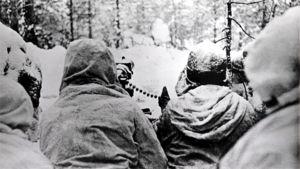 Suomalaisia lumipukuisia sotilaita konekivääriasemassa rintamalla, Laatokan Karjalassa etulinjassa.