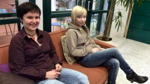 Naisia sohvalla