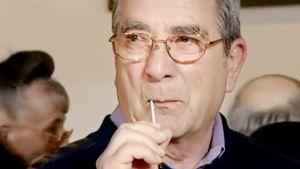Francesco Merisi ottaa sylkinäytettä itseltään vanupuikolla DNA-testiä varten.