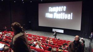 Yleisöä istuu elokuvasalissa Tampereen elokuvajuhlilla.