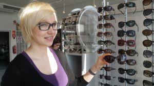 Optinen myyjä Katariina Pennanen esittelee kevään muotilaseja.