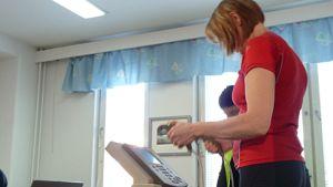 Kuvassa mitataan kehon koostumusta.