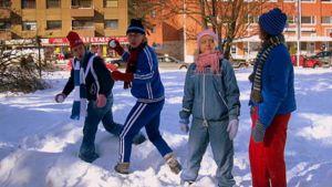 Nuoret lumisotasilla