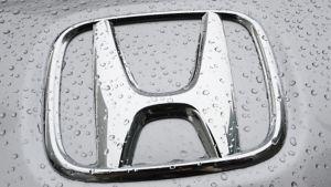 Hondan metallinkiiltoista logoa korostavat vesipisarat.